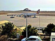 Der Parkplatz für Flugzeuge am Flughafen von Santorin bietet Platz für maximal 3 Jets. (c) Tobias Schorr
