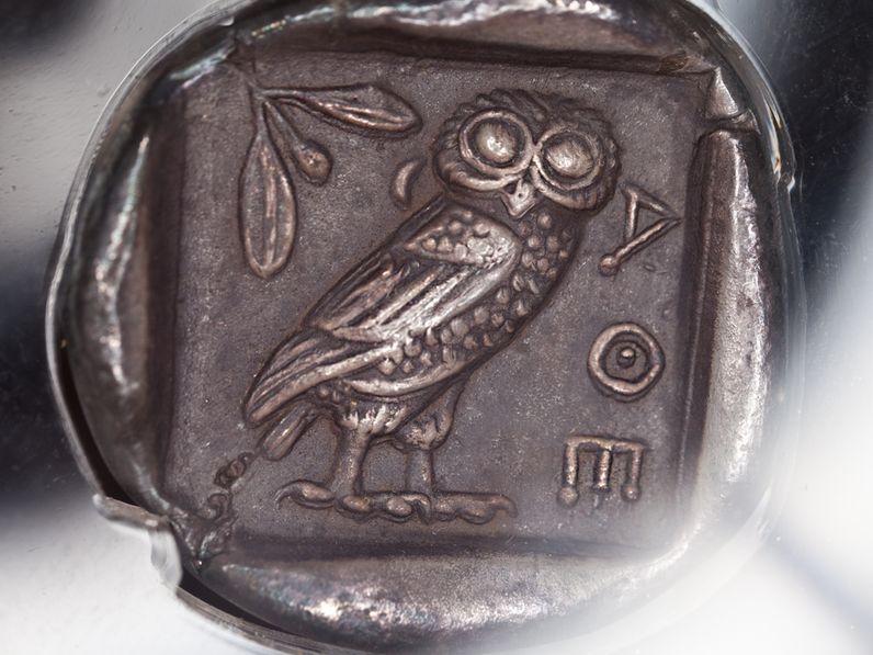 Die Preise der Reisen sind auf kleine Gruppen abgestimmt. Silberdrachme aus Athen (c) Tobias Schorr