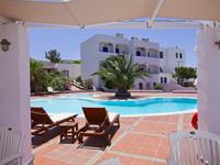 Der Swimming-Pool hinter dem Hotel Anemomilos ist auf Santorinreisen besonders beliebt. (c) Tobias Schorr