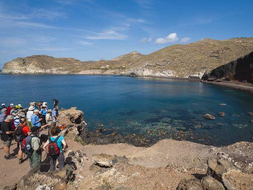 Tom Pfeiffer ist mit einer Gruppe am roten Strand bei Akrotiri und erklärt den Vulkan (c) Tobias Schorr