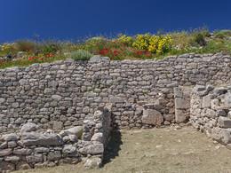Mauer an dem antiken Marktplatz von Alt-Thera. (c) Tobias Schorr