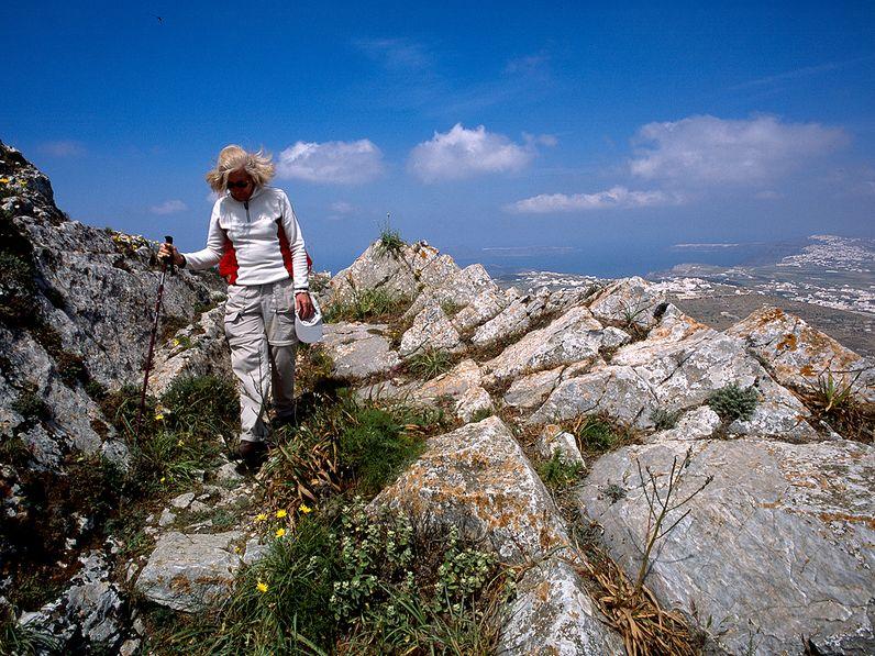 Wandern am Profitis Ilias Gipfel auf Santorin. (c) Tobias Schorr 2006