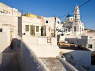Eine der Gassen in Pyrgos mit herrlichem Blick auf eine orthodoxe Kirche (c) Tobias Schorr
