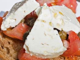 Zwieback, Tomaten und Sostis leckerer Ziegenkäse... Dazu noch sein leckerer Likörwein und alles ist perfekt! (c) Tobias Schorr