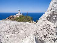 Der Leuchtturm am Westkap von Akrotiri und vulkanischer Bims (c) Tobias Schorr