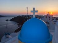 Sonnenuntergänge sind zwar oft ein wenig kitschig, aber sie gehören zu Santorin. Es lohnt sich, dorthin zu gehen, wo die meisten Besucher Santorins nicht hinkommen... (c) Tobias Schorr
