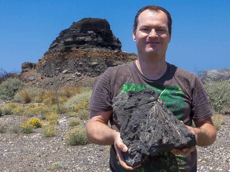 Tobias Schorr mit einem fossilen Palmblatt aus dem Steinbruch bei Thira 2014.