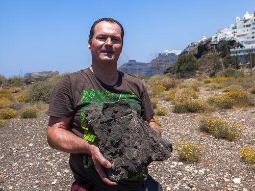 Santorinreisen mit Tobias Schorr sind immer ein Einblick in die Naturgeschichte der Insel Santorin. Hier hält er einen versteinerten Palmwedel. (c) A. Triantafyllou 2014