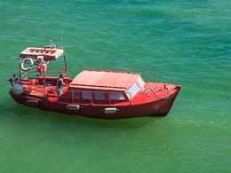 Sostis Boot auf dem grünen Meer, (c) Tobias Schorr