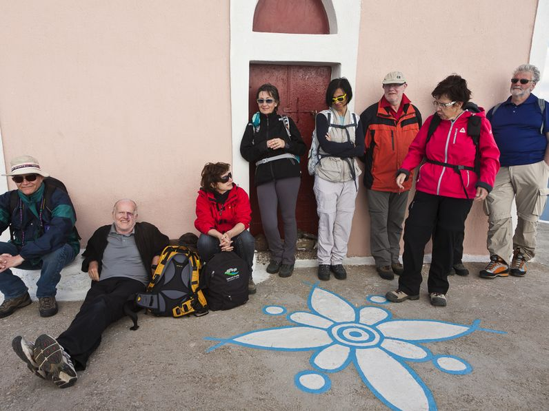 Mit einer Gruppe an der Kapelle Zoodochos Pigis bei Oía. (c) Tobias Schorr 2012