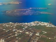 Auch aus dem Flugzeug kann man tolle Fotos machen! Hier der Ort Imerovigli und dahinter der Vulkan Nea Kameni (c) Tobias Schorr