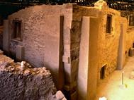Der berühmte Dreiecksplatz in der minoischen Ausgrabung Akrotiri (c) Tobias Schorr