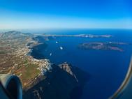 Blick aus dem Flugzeug auf die Kaldera von Santorin. Gut ist der Ort Imerovigli, der Skaros-Felsen und die Insel Nea Kameni zu sehen. (c) Tobias Schorr