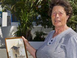 """Marousa Kokkalis mit einem Foto der Namensgebenden Windmühle """"Anemomilos"""""""