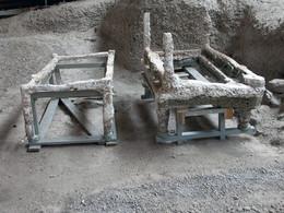 Durch die Erfahrungen mit Pompeji erkannte man, dass man Hohlräume im Bims besser mit Gips ausfüllt. Und so wurden diese ehm. Bettgestelle erhalten. (c) Tobias Schorr