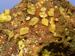 Schwefelkristalle von den Fumarolen am Georgios-Krater, (c) Tobias Schorr