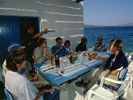 Katherina Gavalas trug leckere Salate und andere Leckereien auf. Unsere Gruppen liebten diesen Ausflug in die Plaka-Bucht. (c) Tobias Schorr, April 1997