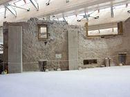 Mehrstöckige Gebäude in der Ausgrabung der minoischen Stadt bei Akrotiri. (c) Tobias Schorr