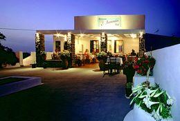 Die Taverne Anemomilos am Abend - ideal für eine schöne Zeit auf Santorinreisen!