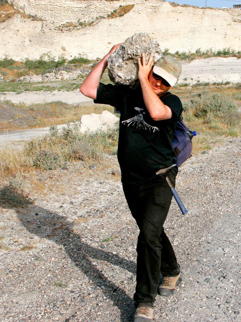 Tobias Schorr trägt einen einmaligen Fund. Ein Gipsblock mit Bitumen, der davon zeugt, dass vor ca. 30 Millionen Jahren das Mittelmeer trocken fiel.